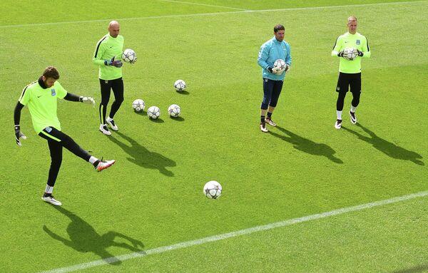 Вратарь Манчестер Сити Ричард Райт (слева)