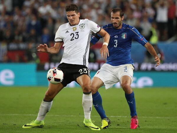 Форвард сборной Германии Марио Гомес (слева) и защитник сборной Италии Джорджо Кьеллини