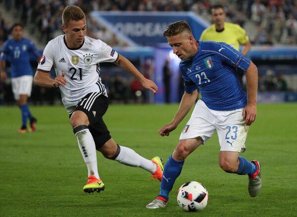 Защитник сборной Германии Йосуа Киммих (слева) и полузащитник сборной Италии Эмануэле Джаккерини