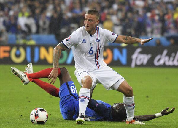 Защитник сборной Исландии Рагнар Сигурдссон (на первом плане)