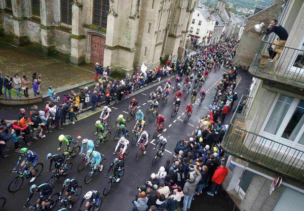Велогонщики во время Тур де Франс-2016
