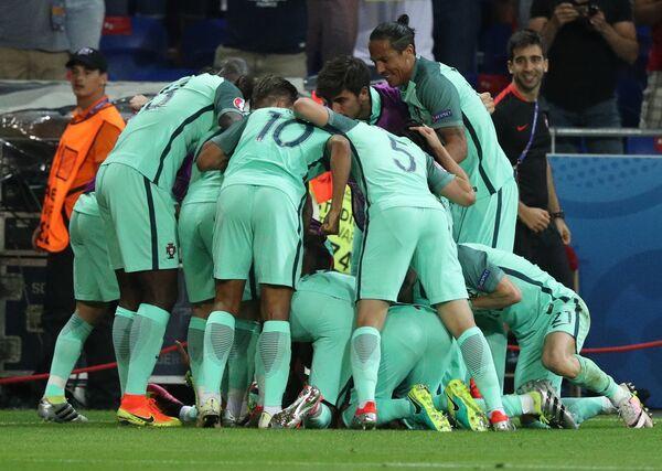 Футболисты сборной Португалии радуются забитому мячу