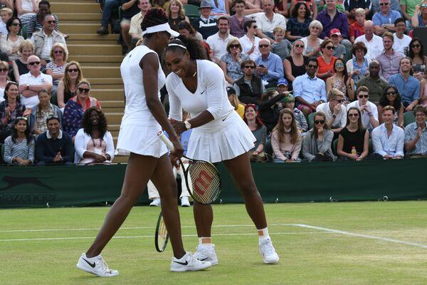 Винус Уильямс и Серена Уильямс (слева направо) на Уимблдонском теннисном турнире