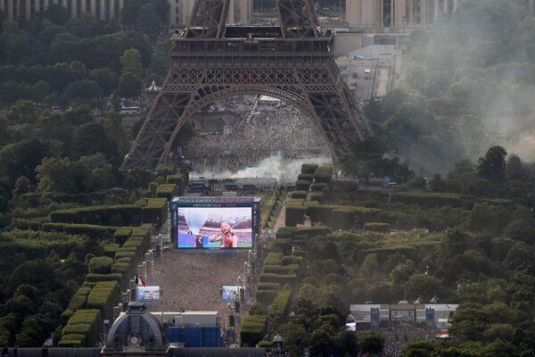Фан-зона в Париже у Эйфелевой башни