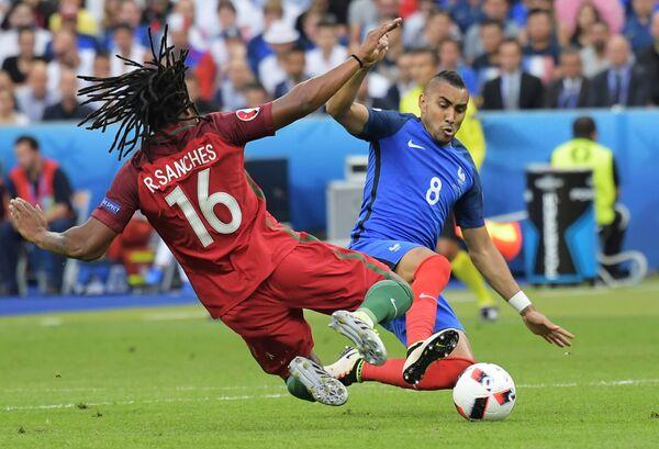 Полузащитник сборной Португалии Ренату Саншеш (слева) и полузащитник сборной Франции Димитри Пайе