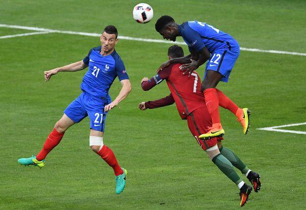 Защитник сборной Франции Лоран Косельни, нападающий сборной Португалии Криштиану Роналду и защитник сборной Франции Самюэль Юмтити (слева направо)