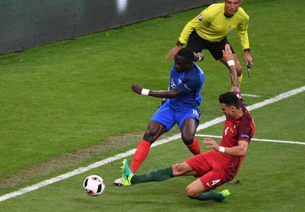 Защитник сборной Португалии Жозе Фонте (справа) и полузащитник сборной Франции Мусса Сиссоко