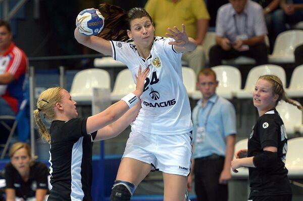 Игрок сборной России Юлия Голикова (в центре)