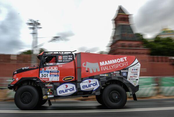 Экипаж команды MAMMOET RALLEY SPORT Мартина ван ден Бринка на машине RENAULT