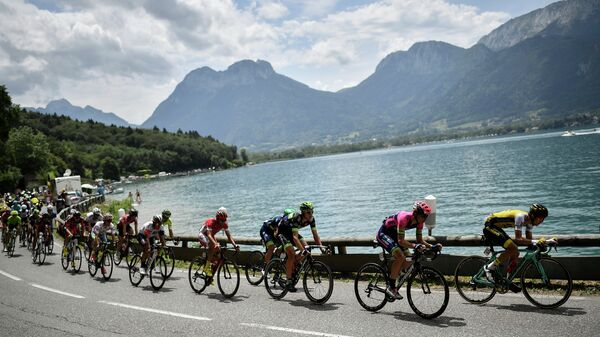 Велогонщики на дистанции многодневки Тур де Франс