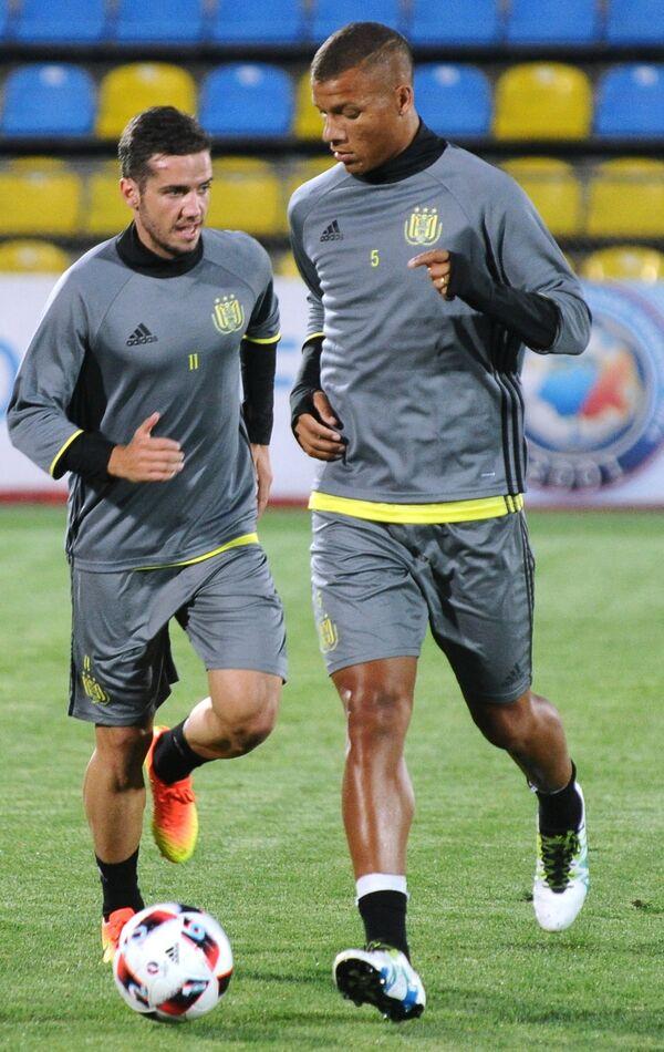 Футболисты Андерлехта Освал Альварес (слева) и Себастьен Де Мео
